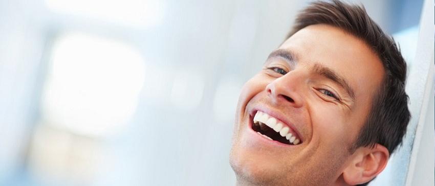 Luciendo dientes blancos y sanos
